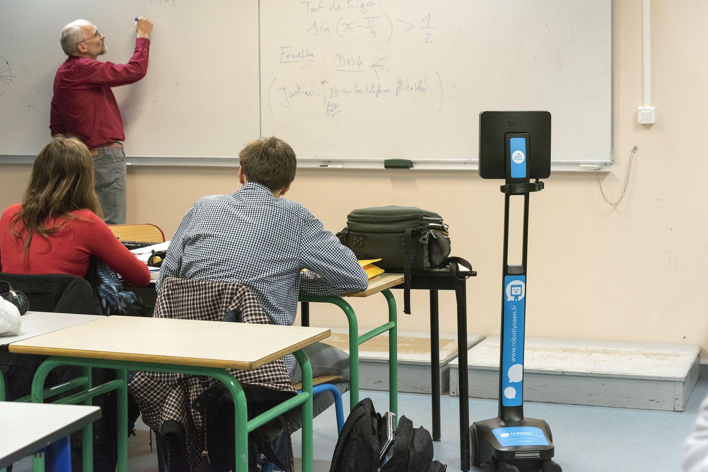 Au sein de la classe, l'élève pilote doit positionner le Robot Lycéen sur le côté, afin d'avoir l'angle de vision le plus large possible.